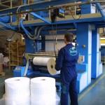 BioBagin työntekijä valvoo BioFilm-kalvojen valmistusta