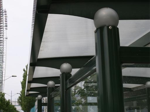 City busskur - Tak av UV-beskyttende kanalplast.