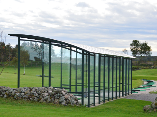 Glassveggene gjør at overbygget smelter godt inn i de naturskjønne omgivelsene.