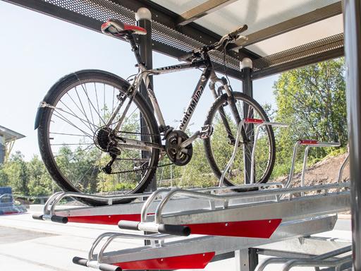 Plassbesparende sykkelstativ i to høyder med god kvalitet