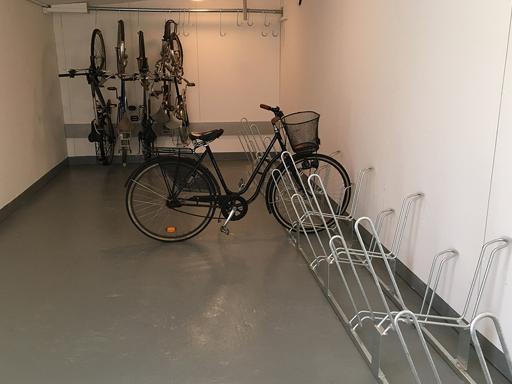 Sykkelstativ til gulv med parkering i to nivåer.